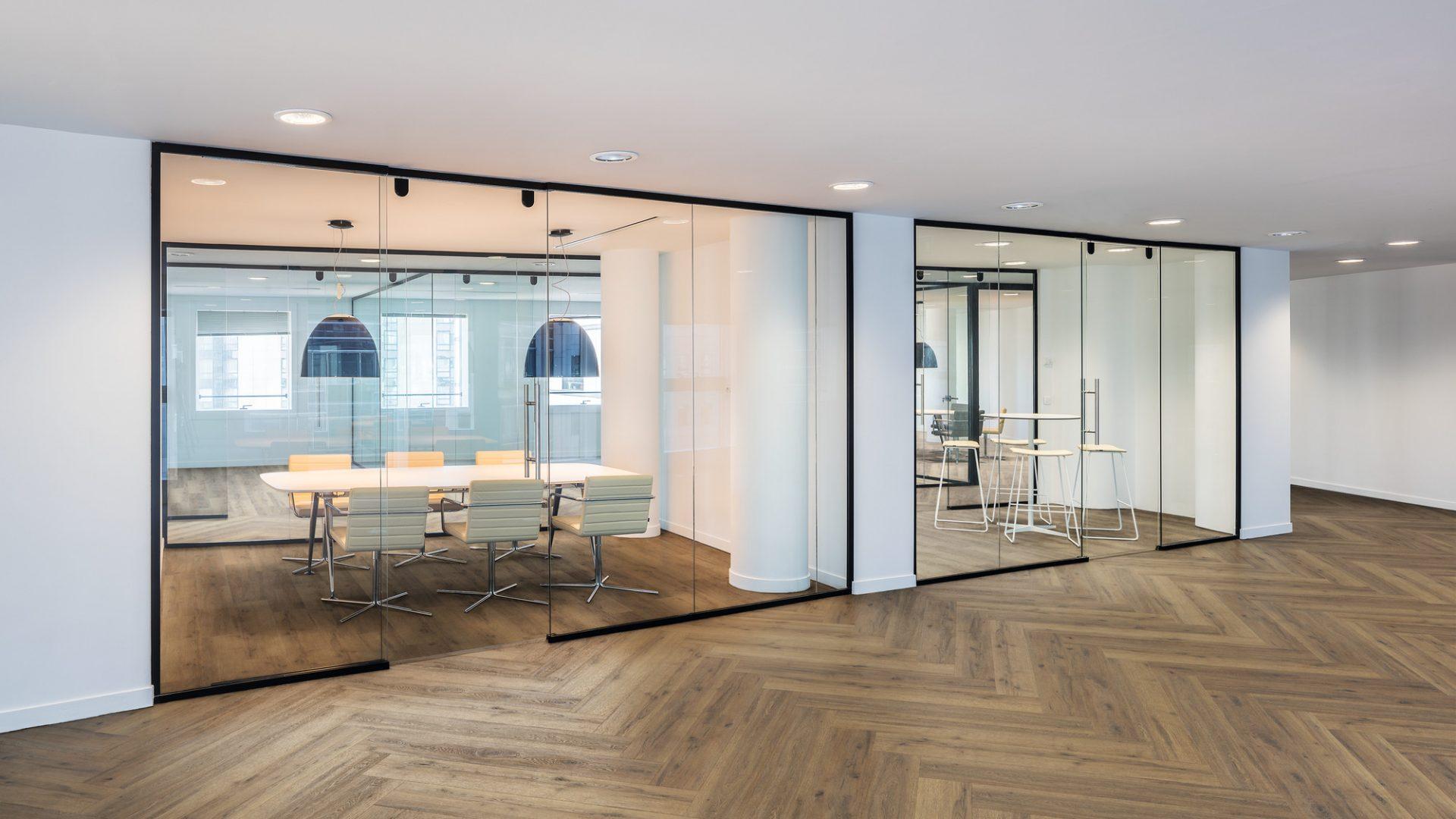 Büroräume getrennt mit Glaswänden