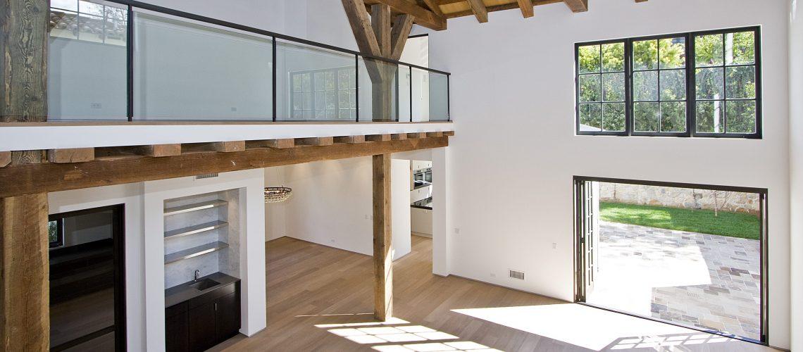 Blick aus einem modernen Haus auf die Terrasse