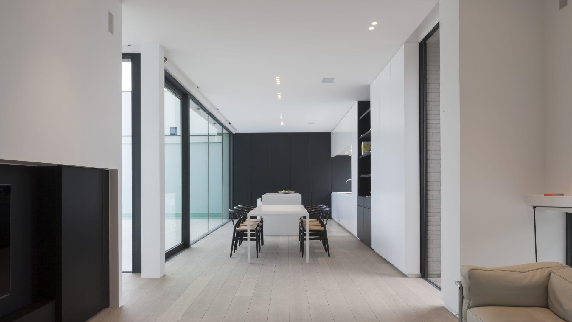 Moderne Küche mit verlegtem Parkett